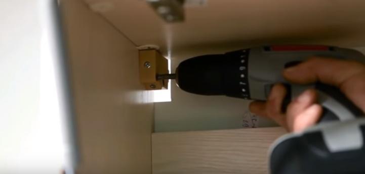 как повесить шкаф на регулируемых навесах