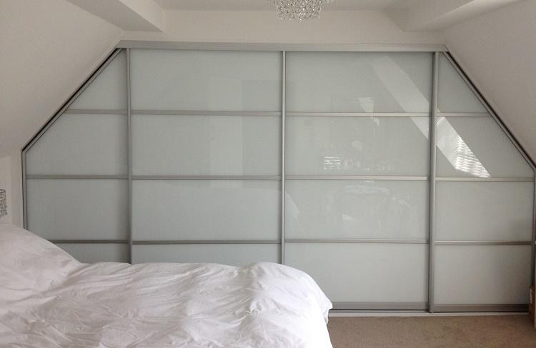 встроенный шкаф для мансарды с компланарной системой купе