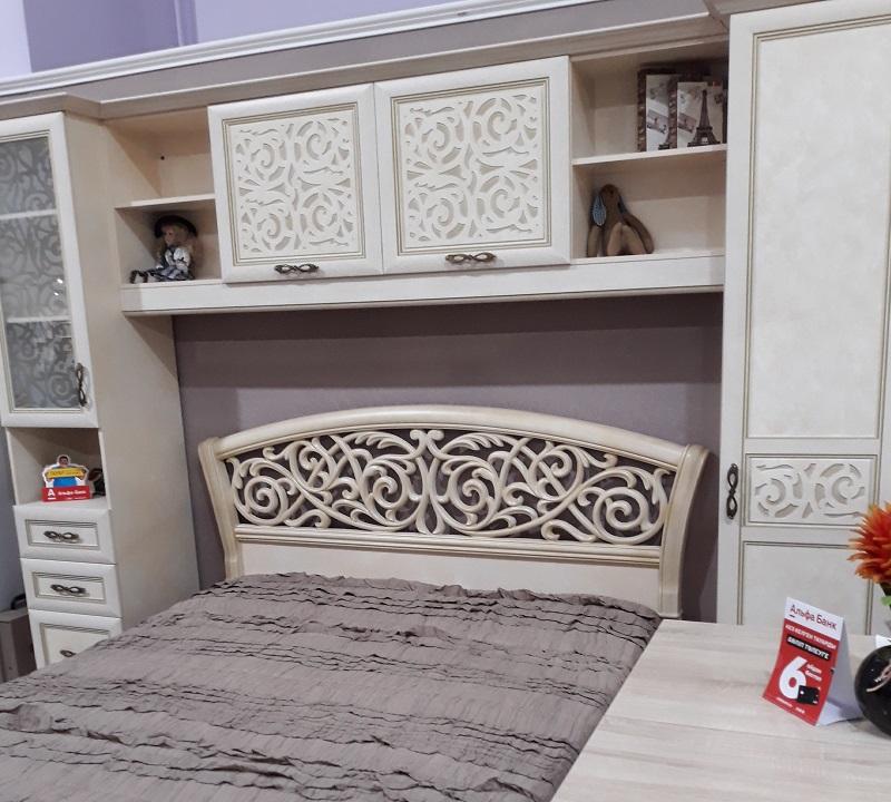 пеналы, полки и шкафы вокруг кровати