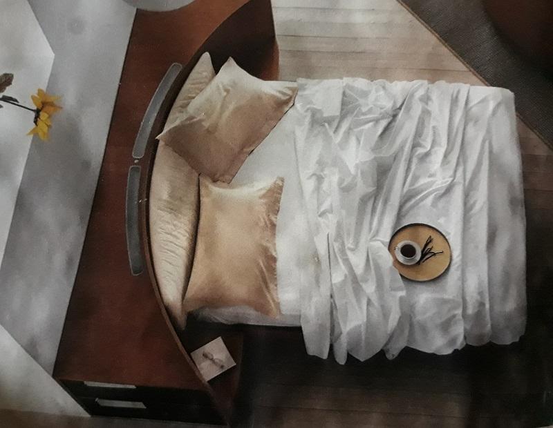 двуспальная кровать со спинкой тумбой