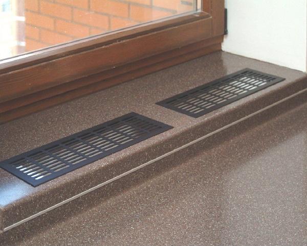 решетки вентиляции у стола вдоль окна